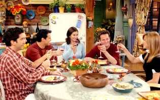 FRIENDS, David Schwimmer, Lisa Kudrow, Matt LeBlanc, Courteney Cox, Matthew Perry, Jennifer Aniston, 'The One With The Late Thanksgiving', (Season 10, epis. #226), 1994-2004, © Warner Bros. / Courtesy: Everett Collection