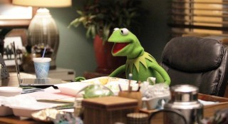 "THE MUPPETS - ""Pig Girls Don't Cry (Pilot)"" - Miss Piggy is furious that Kermit booked Elizabeth Banks as a guest on her late night talk show Up Late with Miss Piggy, Fozzie Bear meets his girlfriend's parents, and Grammy Award-winning rock band Imagine Dragons performs their new single ""Roots,"" on the season premiere of ""The Muppets,"" TUESDAY SEPTEMBER 22 (8:00-8:30 p.m., ET) on the ABC Television Network. (ABC/Andrea McCallin) KERMIT THE FROG"