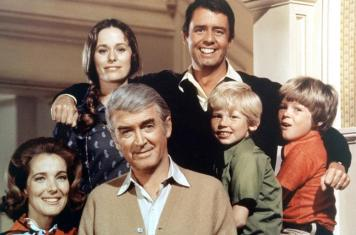 THE JIMMY STEWART SHOW, (back row, l to r): Ellen Geer, Jonathan Daly, (front):Julie Adams, Jimmy Stewart, Dennis Larson, Kirby Furlong, 1971-72